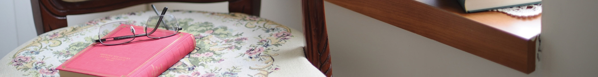 Une chaise avec un livre de lecture