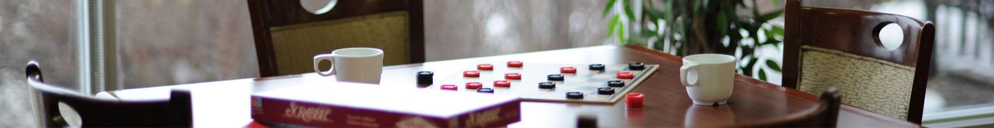 une table avec des jeux de sociétés