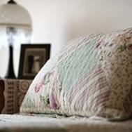 un lit dans une chambre du CHSLD